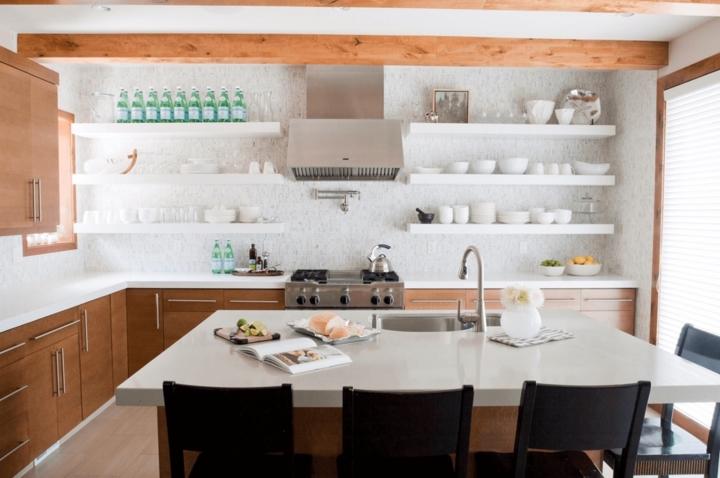 Chất liệu thạch cao màu trắng và gỗ tạo nên một không gian bếp thoáng đãng, sạch sẽ và hiện đại