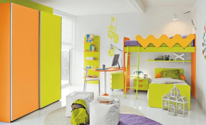 Phòng ngủ có các vật dụng pha trộn giữa màu xanh cốm, cam, tím, trắng