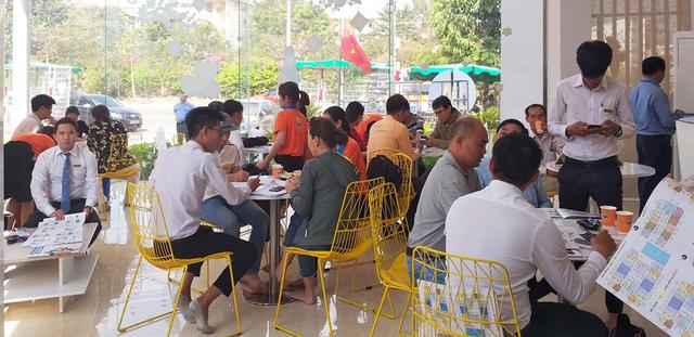 Đông đảo khách hàng đến tìm hiểu và tham quan nhà mẫu dự án The EastGate