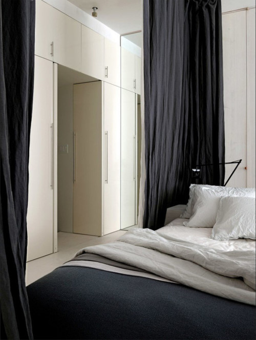 Một chiếc gương cỡ lớn được sử dụng để ăn gian diện tích cho căn hộ