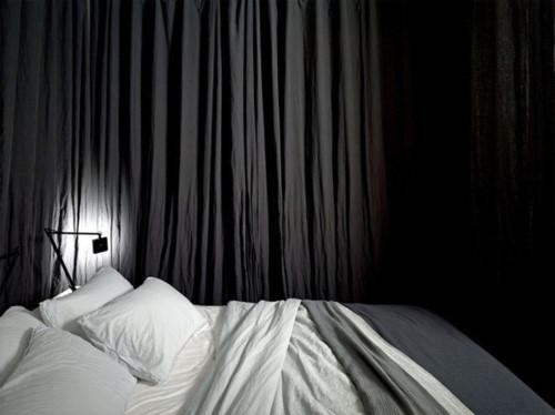 Khi đi ngủ những chiếc rèm xung quanh giường sẽ làm nhiệm vụ ngăn cách không gian