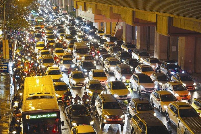 Cảnh kẹt xe thường thấy ở các đô thị. Ảnh: NAM TRẦN