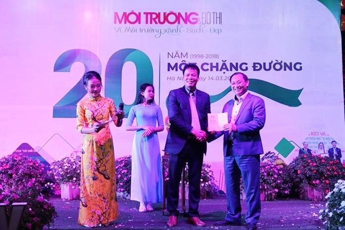 Ông Nguyễn Việt Thung, Tổng giám đốc Tập đoàn TMS đã giành chiến thắng khi tham gia đấu giá sản phẩm Mai bình tích lộc – Thuận buồm xuôi gió với mức giá 115 triệu đồng