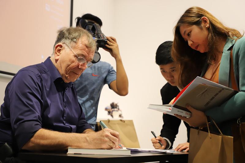GS Jan Gehl giao lưu, ký sách cho bạn đọc Việt Nam
