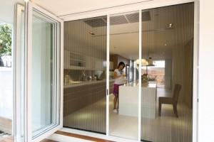 Cửa lưới chống muỗi không đơn giản là bảo vệ sức khỏe mà còn giúp không gian nhà trở nên thoáng đãng