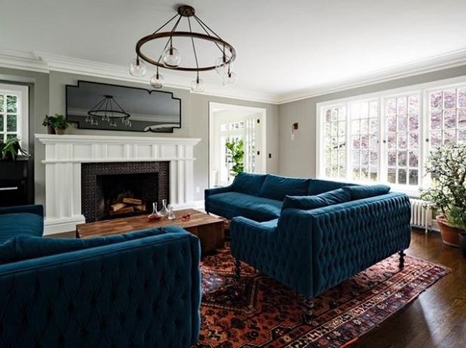 Nếu phòng khách nhà bạn là nơi tập trung của mọi người, bạn sẽ cần một chiếc sofa lớn và thoải mái. Một chiếc sofa liền với tấm đệm dài sẽ là lựa chọn phù hợp để mọi người cùng nhau quây quần.