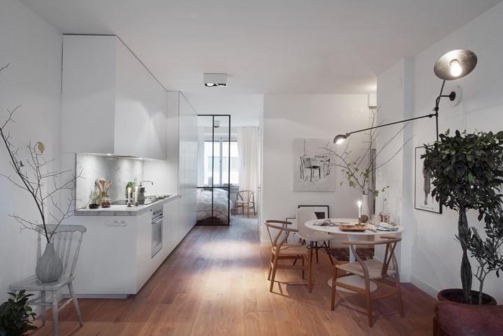 Sàn gỗ tự nhiên nổi bật trong một phòng ăn màu trắng đơn sắc