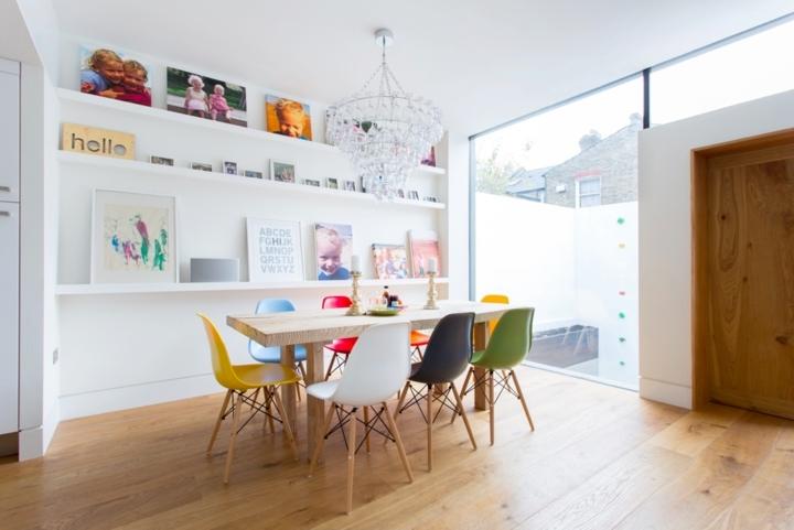 Bàn và ghế được lựa chọn cẩn thận để mang đến một nơi ăn uống thoải mái và vui vẻ cho các thành viên trong gia đình