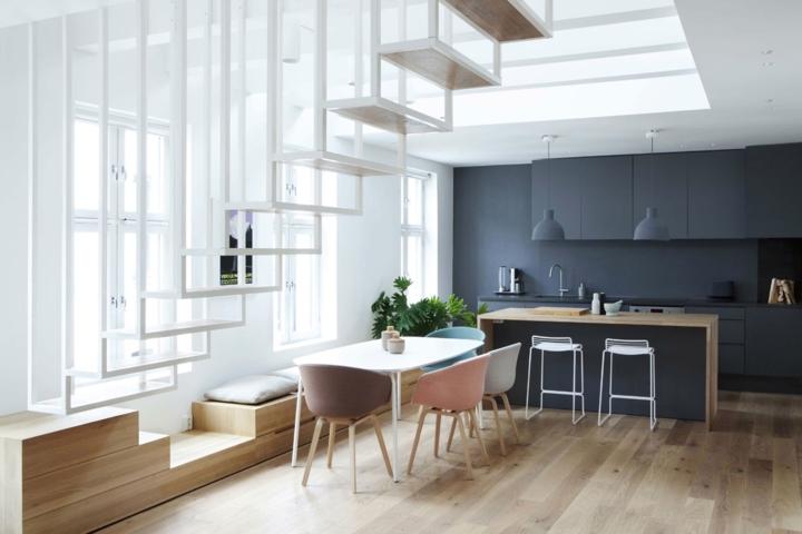 Bộ bàn ghế ăn màu pastel dịu nhẹ đặt bên dưới cầu thang mang đến nơi ăn uống nhẹ nhàng và thanh lịch