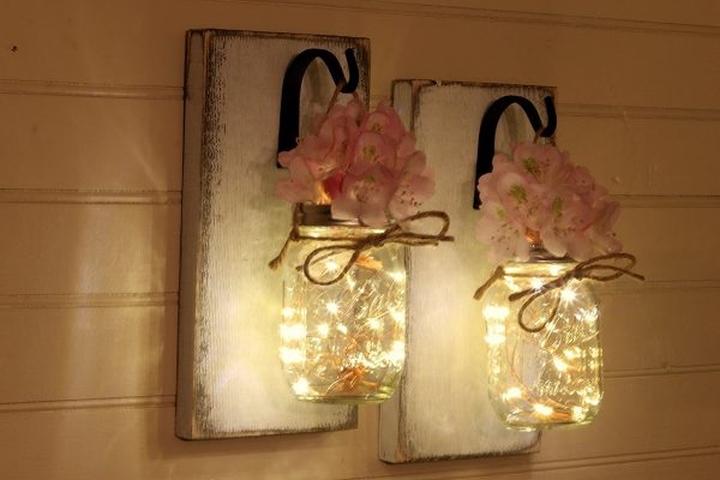 Ánh sáng mềm mại từ đèn nghệ thuật kết hợp với bồn tắm nước nóng mang đến một nơi thư giãn tuyệt vời