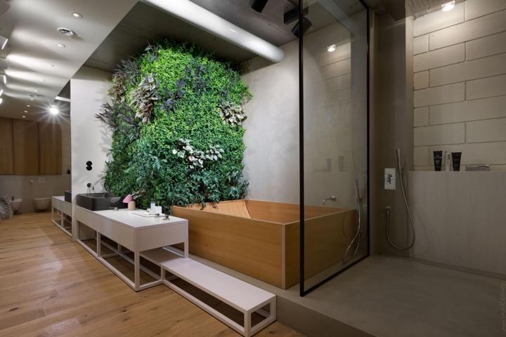 Cây phát triển dọc theo bức tường thẳng đứng trong phòng tắm