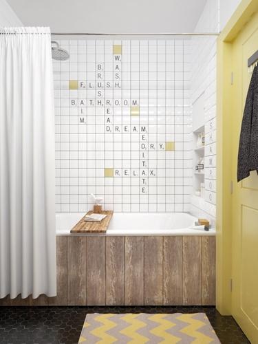 Bồn tắm có mặt ngoài ốp gỗ ấm áp, tường trang trí bằng chữ cái mang đến sự thú vị