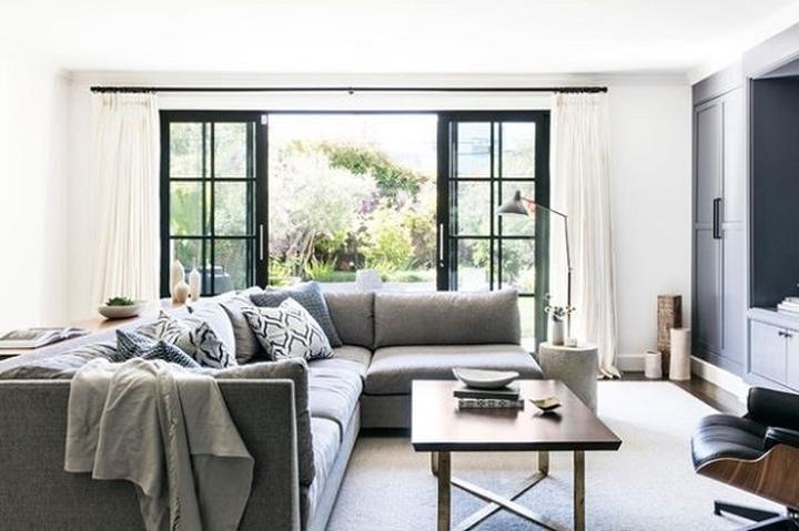 Nếu tổng thể nội thất của của căn phòng mang phong cách truyền thống, bạn hãy lựa một bộ ghế sofa có tay vịn, với đệm tựa lưng hoặc đệm chần. Tránh những kiểu sofa hiện đại với đường nét thẳng và quá đơn giản.