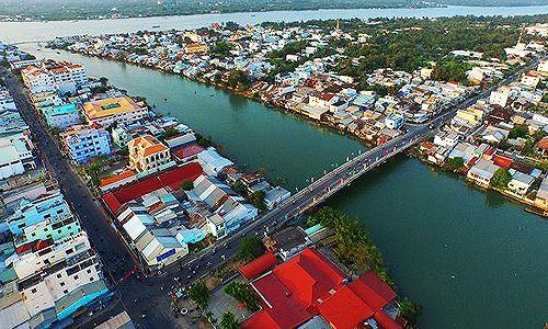 """Cầu Thiềng Đức nối liền phường 1 với phường 5 của Thành phố Vĩnh Long, nơi đang hình thành một khu dân cư – thương mại ngay """"cửa ngõ"""" Cần Thơ. Ảnh: Internet"""