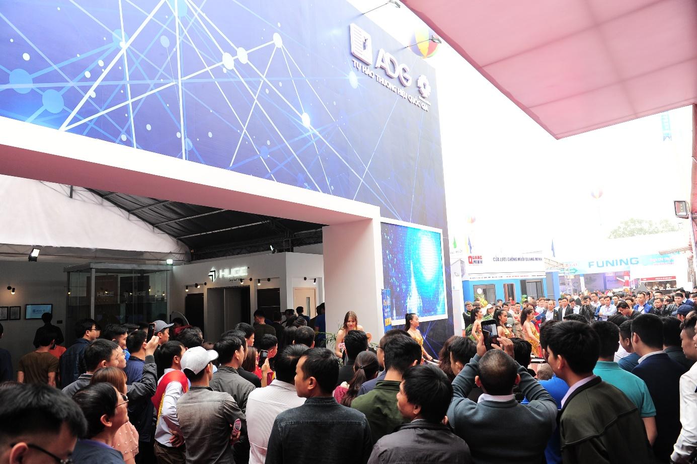 Ngay trong ngày đầu khai mạc, khu trưng bày của Austdoor đã đón hàng ngàn lượt khách đến tham quan
