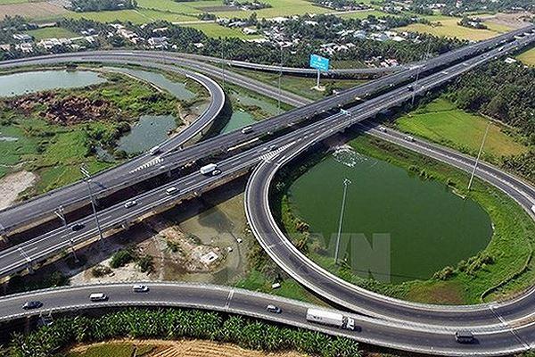 Đường cao tốc Bắc - Nam xuất phát từ Nam Định, chạy qua 13 tỉnh với điểm cuối là Vĩnh Long