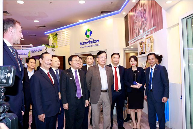 Các đại biểu thăm quan các gian hàng tại Triển lãm