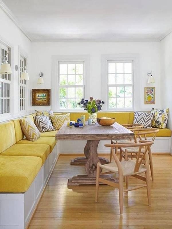 Ghế liền tường màu vàng giúp không gian phòng khách vừa rộng rãi vừa nổi bật.