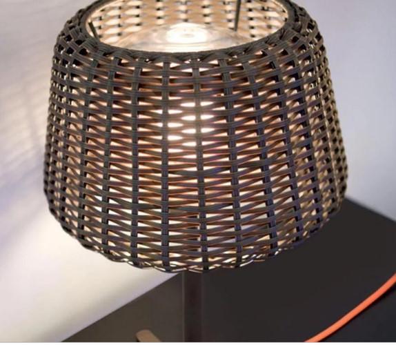 Vỏ đèn ngủ được làm từ các lớp mây tre đan tạo thành họa tiết độc đáo