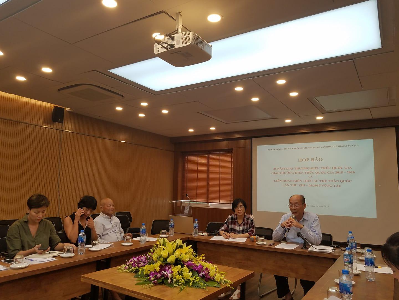 GS.TS.KTS Nguyễn Quốc Thông chủ trì họp báo