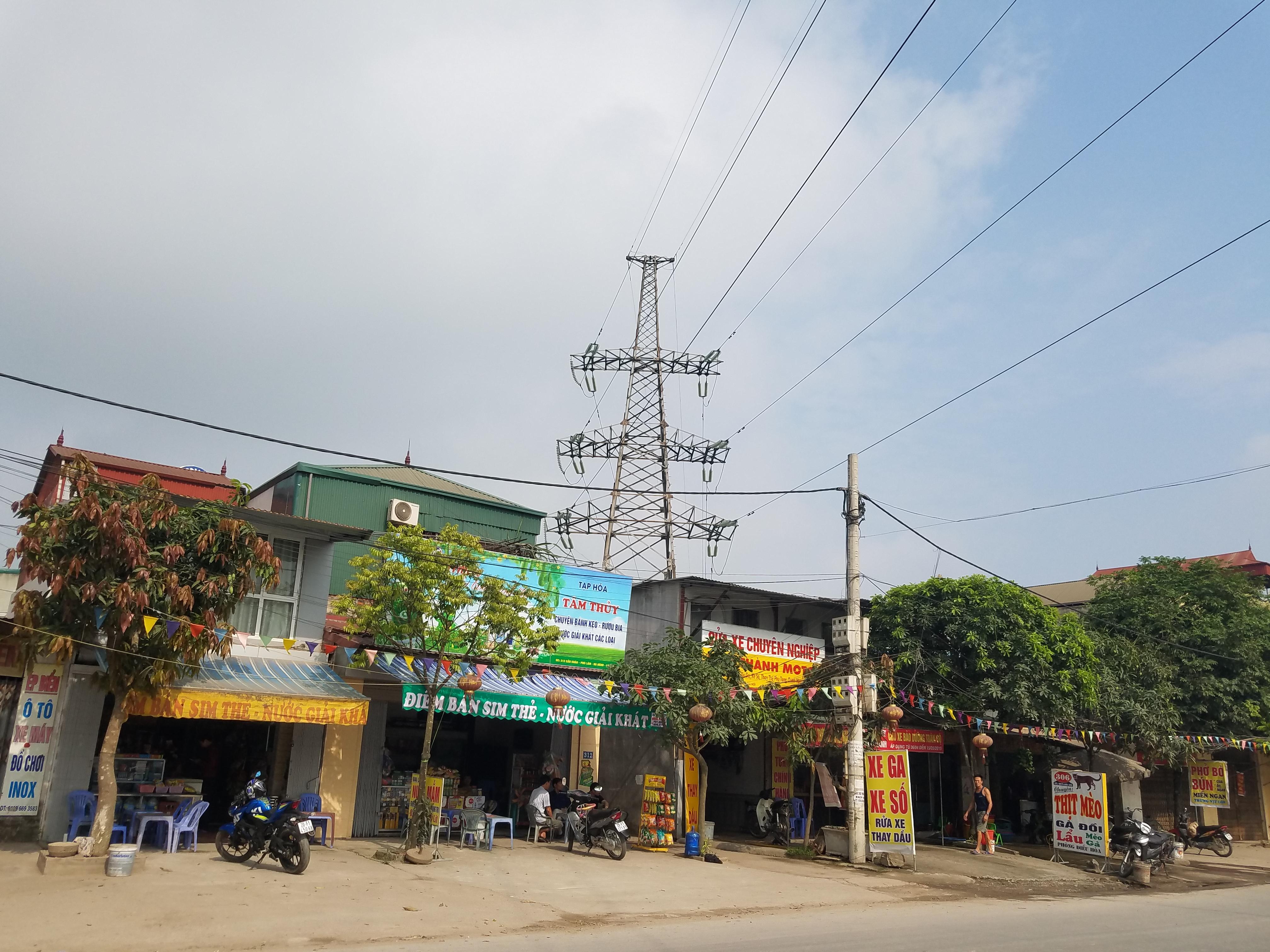 Nhà ở dân cư xây ngay dưới hành lang an toàn điện cao thế trên trục đường 21B, khu vực quận Phú Lãm (Hà Đông, Hà Nội)