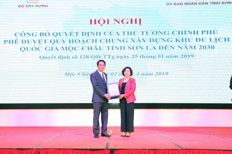 Thừa ủy quyền của Thủ tướng Chính phủ, Thứ trưởng Bộ Xây dựng Phan Thị Mỹ Linh trao hồ sơ phê duyệt quy hoạch chung xây dựng Khu du lịch quốc gia Mộc Châu tỉnh Sơn La đến năm 2030 cho lãnh đạo tỉnh Sơn La