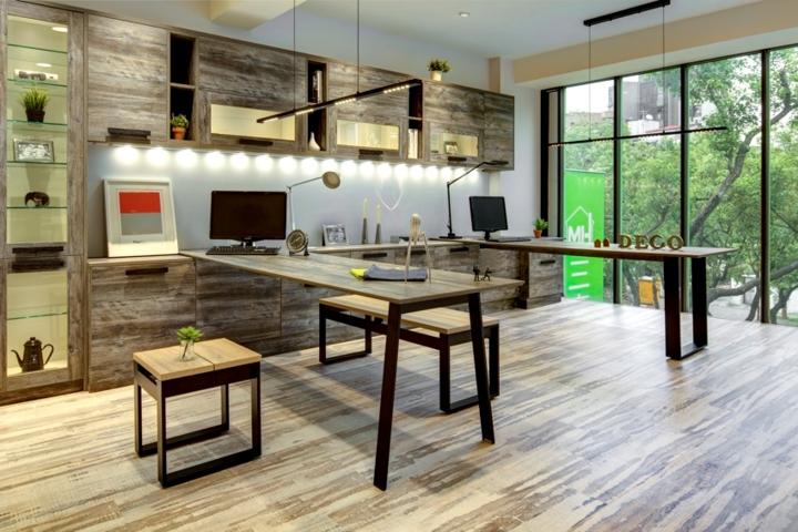 Chủ nhân sử dụng gỗ tái chế để lót sàn, đóng bàn ghế và kệ đựng đồ