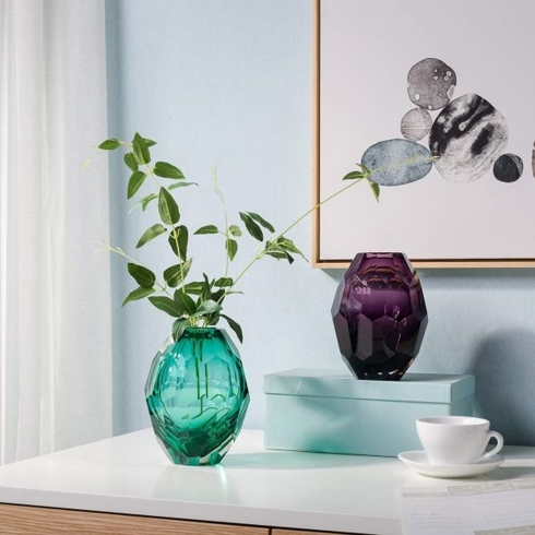 Lấy ý tưởng từ hình dạng của viên kim cương, bình thủy tinh màu xanh ngọc lam và tím tạo nên sức hút khó cưỡng cho ngôi nhà