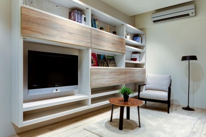 Quay trở lại phòng khách với một góc đọc sách thư giãn ngay cạnh kệ tivi và bàn trà