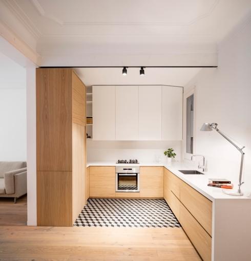 Sàn nhà bếp nên chọn chất liệu tối màu và dễ dàng lau chùi