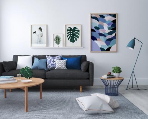 Những bức tranh và một số đồ vật có màu xanh đã tạo nên sự yên tĩnh cho căn phòng có đồ vật được sắp xếp đơn giản