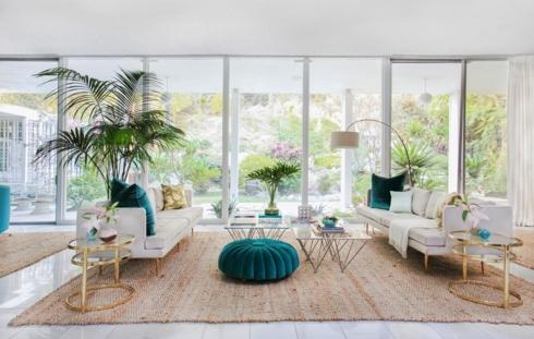 Căn phòng được thiết kế có nhiều cửa kính nhìn ra ngoài khu vườn toàn cây xanh giúp cho con người có cảm giác gần gũi hơn với thiên nhiên