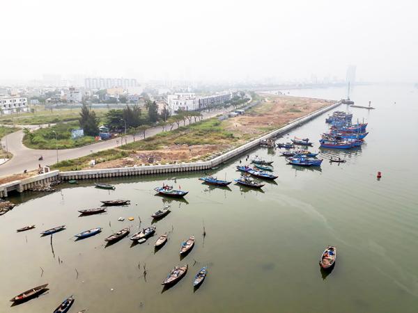 Mặt nước - nơi sông Hàn gặp biển, bị lấp. Ảnh: Thanh Tùng