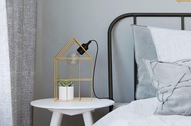 Đèn đầu giường được lồng vào khung sắt nơi chủ nhân còn trang trí thêm một chậu cây xinh xắn bên trong