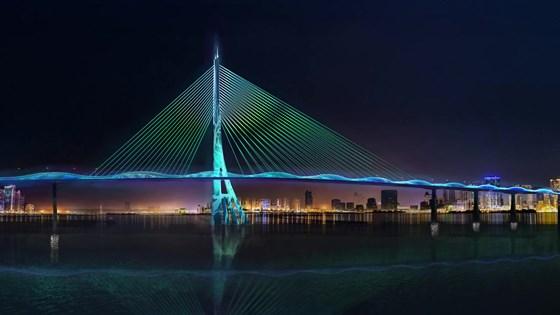 Cầu Cần Giờ có một trụ tháp có hình dáng cây đước, lan can được hình sóng biển. Ảnh: QUỐC HÙNG