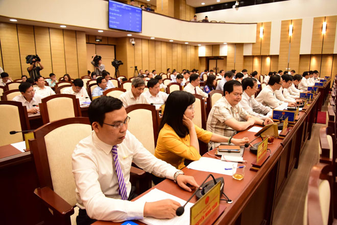 Các đại biểu nhấn nút thông qua Nghị quyết. Ảnh: Viết Thành