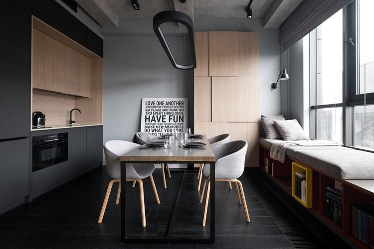 Vì vậy, trong không gian mở chiếm phần lớn diện tích căn hộ, kiến trúc sư bố trí bếp, bàn ăn, phòng ngủ và khu vực giải trí