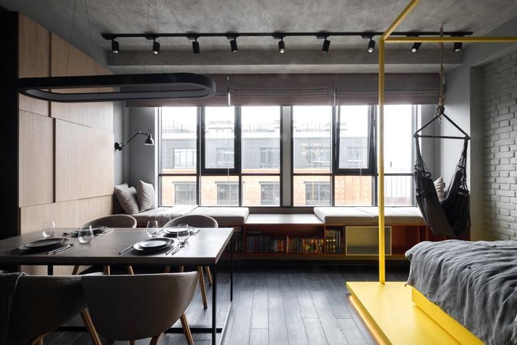 Tận dụng tầm nhìn thoáng đãng ra bên ngoài của căn nhà, kiến trúc sư thiết kế khung nhôm cửa kính tràn toàn bộ tường vừa lấy ánh sáng vừa tạo cảm giác rộng hơn