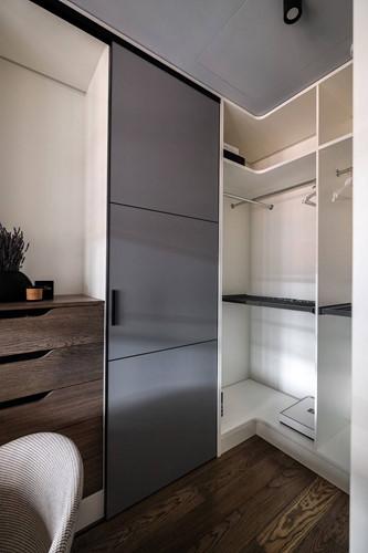 Tủ quần áo đặt ngay sau không gian làm việc