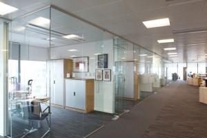 Ưu điểm của kính cường lực trong thiết kế văn phòng