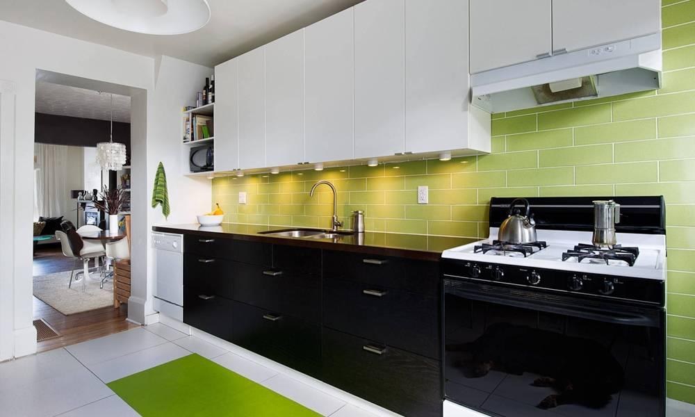 Căn bếp sang trọng với acrylic tráng gương đen huyền bí