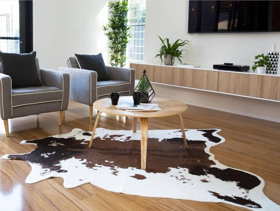 Phòng khách trang trí khá đơn giản nhưng nổi bật với thảm da bò cao cấp