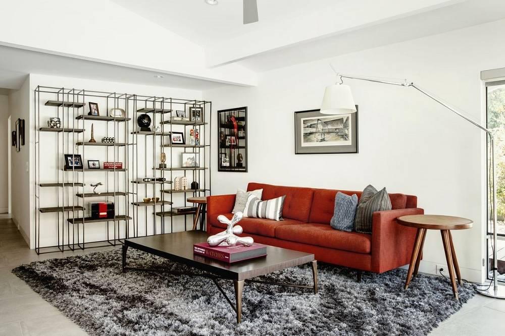 Với những loại thảm lớn, bạn hoàn toàn có thể đặt sofa đè lên trên
