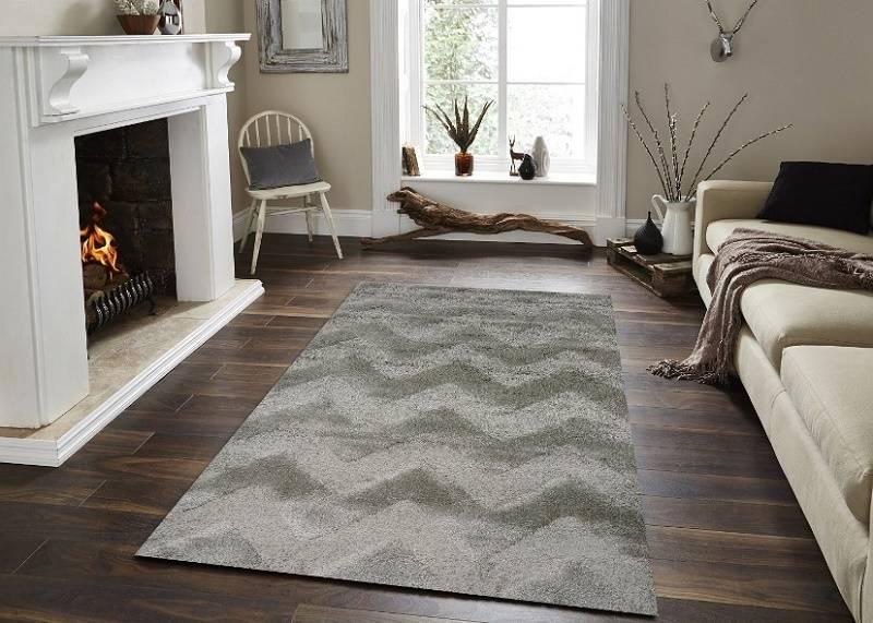Thảm trải được đặt tại vị trí trung tâm giữa sofa và lò sưởi