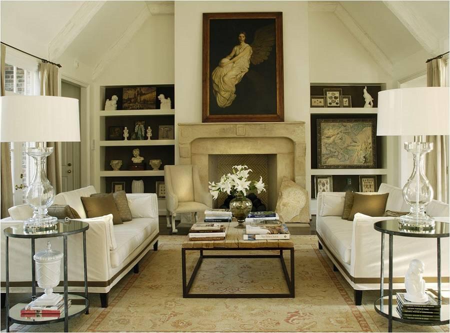 Để tăng tính liên kết và thân mật, gia chủ đã đặt thảm trải họa tiết đơn giản giữa hai ghế sofa gam trắng