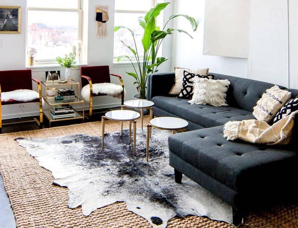 Thảm da cỡ lớn kết hợp với sofa vải dạng chữ L thể hiện đẳng cấp sang trọng của gia chủ