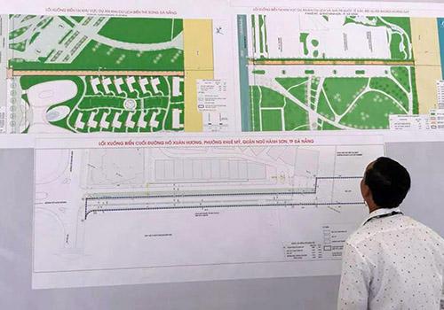 Người dân theo dõi quy hoạch lối xuống biển đang được Đà Nẵng công bố. Ảnh: A.H