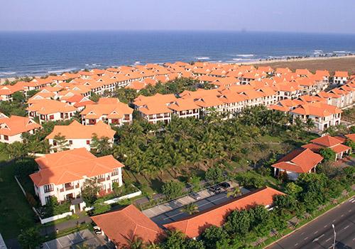 Các resort ven biển đã bít hết lối xuống biển của người dân. Ảnh: Nguyễn Đông