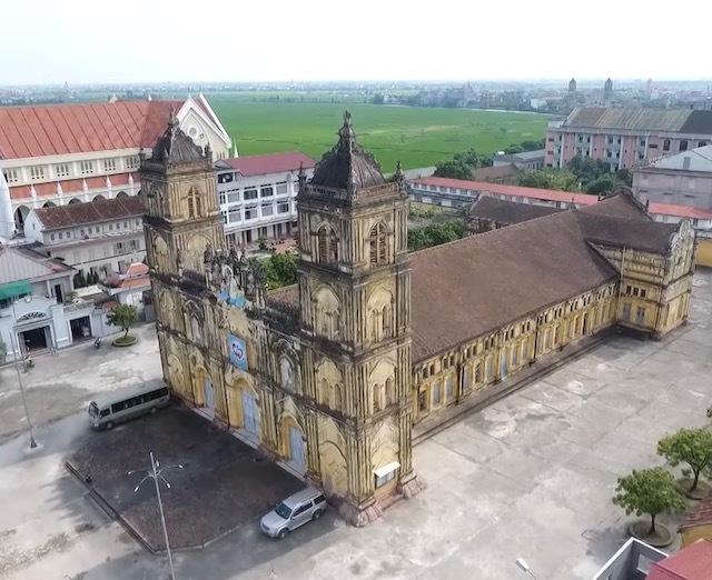 Nhà thờ Bùi Chu được xây dựng vào cuối thế kỷ XIX, khánh thành vào năm 1885, dài 78m, rộng 27m, cao 15m