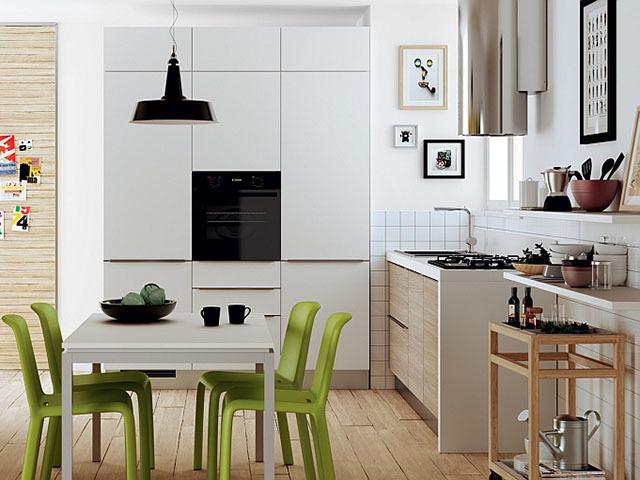 Phòng bếp này có diện tích khá nhỏ hẹp, được thiết kế với màu trắng chủ đạo, nhấn nhá bằng một vài chiếc ghế nhỏ xinh màu xanh tươi sáng. Thiết kế như thổi một làn gió mới vào trong phòng bếp vốn dĩ nóng bức từ các hoạt động nấu nướng. \